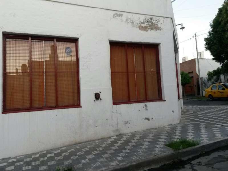 CASA ESQUINA MAS LOCAL COMERCIAL.-